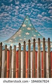 Carpa de circo vintage de estrellas blancas sobre fondo azul.