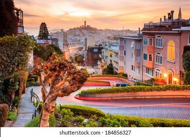 日の出のサンフランシスコの有名なロンバードストリート