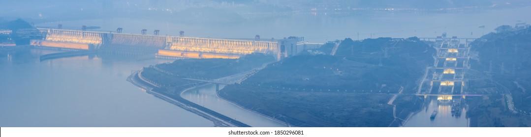 Drei Schluchten Damm Panorama, moderne Bau Wunder bei Einbruch der Dunkelheit auf Jangtse Fluss, Yichang Stadt, Hubei Provinz, China