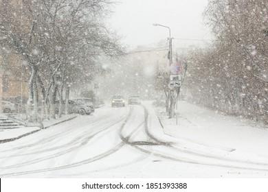 吹雪、都市の霧と降雪、みぞれの道の車、視界不良、冬の悪天候