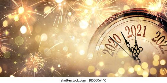 真夜中へのカウントダウン-明けましておめでとうございます2021-抽象的な焦点がぼけた背景-時計と花火