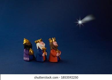 Feliz día de la Epiifanía. Estrella de tres hormiga sabio sobre fondo azul.