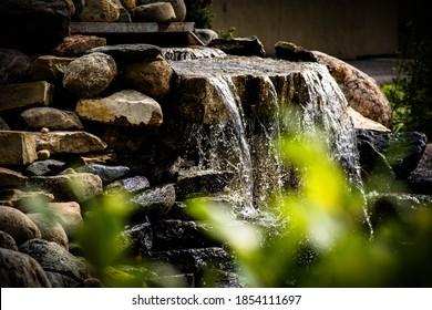 fließendes Wasser über Flussfelsen
