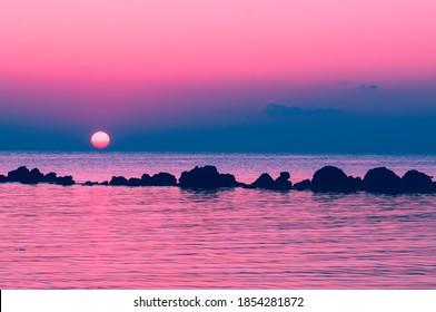 Die untergehende Sonne geht über dem Horizont zum Meer, Koh Phangan, Thailand unter