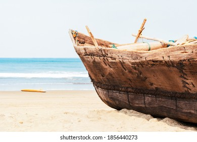 Barco pescador artesanal vintage con redes de pesca en la playa cerca del océano en Arambol, Goa, India. Sandy costera del Mar Arábigo, concepto de viaje, resort tropical, vacaciones en lugares paradisíacos