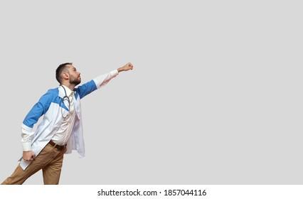 arts superheld vliegt als een superman en vecht tegen ziekte geïsoleerd op een witte achtergrond
