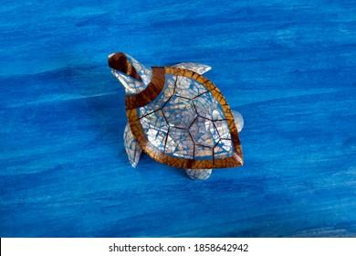 gekleurde schildpad speelgoed op abstracte aquarel achtergrond voor huisdecoratie.