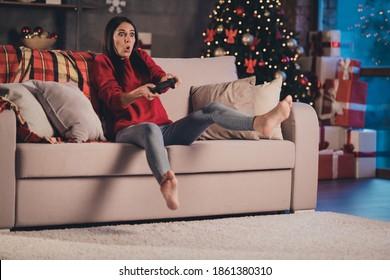 Foto der jungen attraktiven schönen verblüfften schockierten ängstlichen ängstlichen Frau spielen Videospiele sitzen Couch zu Hause Haus