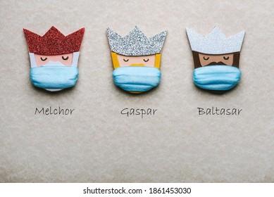 Los tres reyes magos con máscaras quirúrgicas protectoras Fondo del concepto de Navidad.