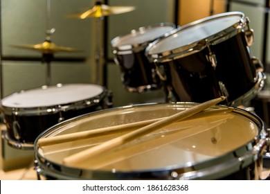 Schlagzeug mit Trommelstock vor der Aufführung