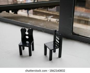 de twee zwarte miniatuurstoelen