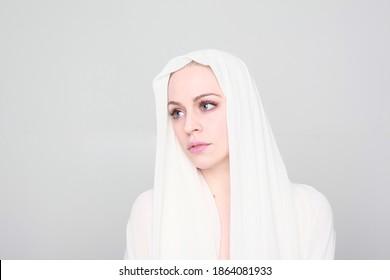Close up retrato de mujer rubia con piel limpia y ojos azules. gran fondo de estudio.