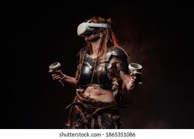 Gedragen met virtual reality headset Scandinavische amazone met bruine haren in pantser vormt op donkere achtergrond.