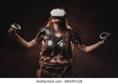 Sfeervol portret van een gewelddadige vrouwelijke vechter uit Noord die zich voordeed op een donkere achtergrond met opgeheven handen en virtual reality-bril.