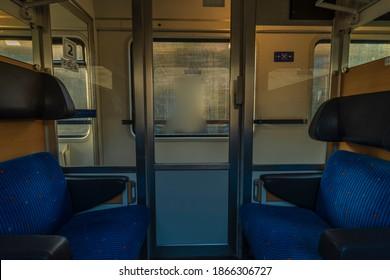 リンツからプラハへのチェコ共和国の高速急行列車の青い座席コンパートメント
