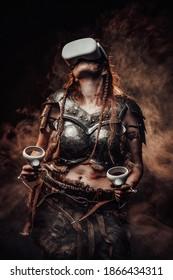 Gedragen met virtual reality-bril Scandinavische vrouw krijger in lichte pantser vormt op atmosferische smokey achtergrond.