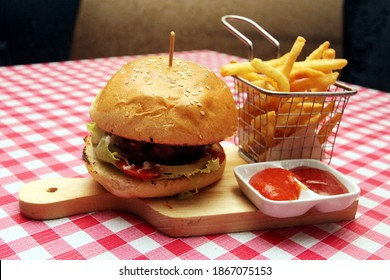 The mainstay menu in the Spongebob Squarepants film series, is shown in the real world under the same name Krabby Patty. This mainstay menu is presented at one of the luxury hotels in Jakarta.