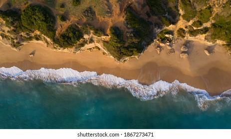 Luftaufnahme der herrlichen paradiesischen Strände mit transparentem klarem Wasser am Atlantik in Südspanien, Cadiz.