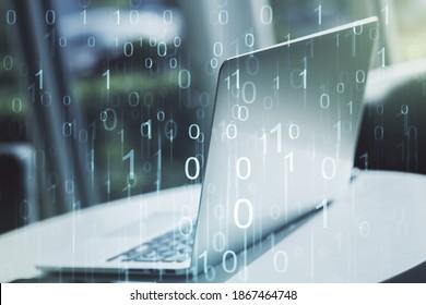 Kreatives Konzept der Binärcodeillustration auf modernem Laptophintergrund. Big Data- und Codierungskonzept. Mehrfachbelichtung