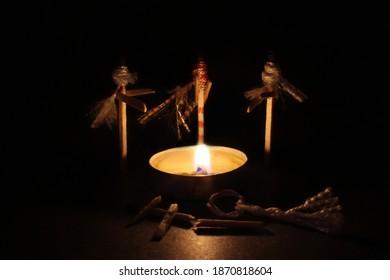 drei Hexenstreichhölzer und Feuer