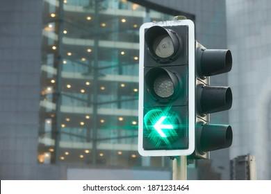 Semáforo con luz verde encendida, señal abierta para seguir adelante. Semáforo brillante sobre intersección urbana. Luz verde en forma de estrellas.