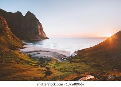 Lofoten Inseln Kvalvika Strand in Norwegen Sonnenuntergang Landschaft Natur Luftbild Ozean und Felsen schöne Reiseziele Sommersaison