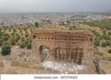 Vista aérea del edificio del gimnasio en Tralleis ubicado en la actual Aydin, Turquía