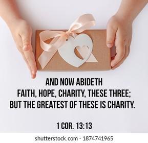 Bibelzitate für Gläubige. Inspirierende christliche Gedanken Vers. Kinderhände halten Geschenkbox. Liebe, Menschen kümmern sich um Kinder Spenden Wohltätigkeit, Gnade Unterstützung Wohlfahrtskonzept. Dienstag Grußkarte geben.