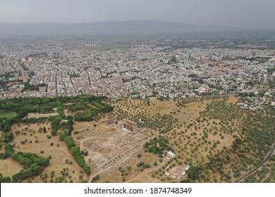Vista aérea de la antigua ciudad de Tralleis ubicada en la actual Aydin, Turquía