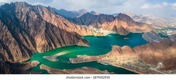 Hatta Dam Lake en la región del enclave de las montañas de Dubai, Emiratos Árabes Unidos vista panorámica aérea