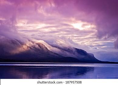 Пейзаж с горами и облаками