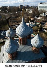Luftaufnahme der Kirche der Fürbitte der Heiligen Muttergottes auf Debra, Kirche der Auferstehung, blaue Kuppeln mit Kreuzen. Stadtbild von Drohne, goldener Ring, Kostroma, Russland.