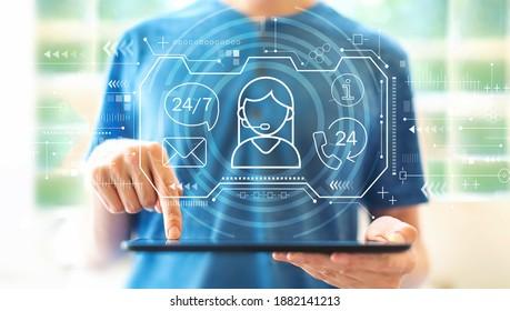 タブレットコンピューターを使用して若い男性と24時間年中無休のカスタマーサービス