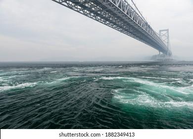 Verschiedene Ansichten des gewaltigen Naruto-Strudels unter der Naruto-Brücke zwischen den japanischen Inseln Awaji und Shikoku