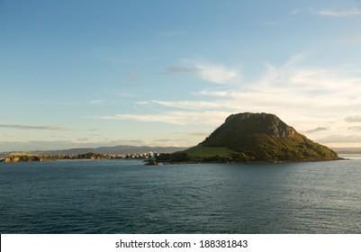 Vista de la bahía y el puerto de Tauranga con el monte tomado desde el mar abierto