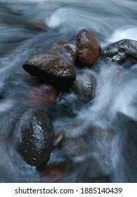 Süßwasser fließt über Felsen