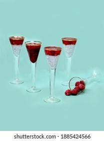 Chia pudding met frambozen in geportioneerde glazen. Minimalistische compositie. foto flitser.