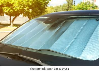 Sonnenschutz unter Windschutzscheibe im Auto, Nahaufnahme. Hitzeschutz