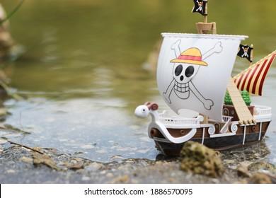 Go feliz barco de juguete de una pieza en la orilla del mar