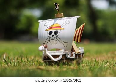 Barco de juguete de una pieza yendo feliz sobre el césped