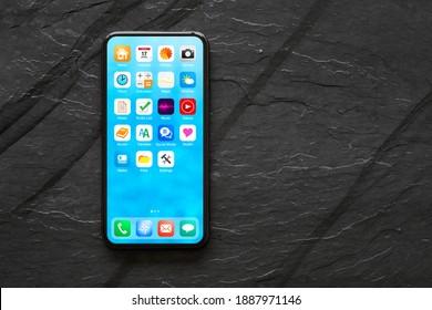 Das Startbildschirm-Modell des Smartphones mit App-Symbolen