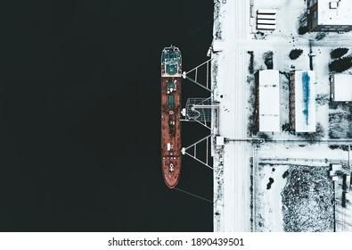 Frachtschiff im Hafen im Winter.