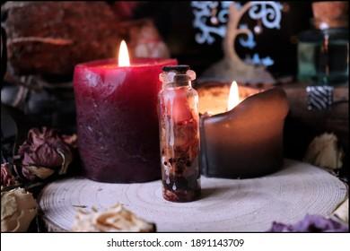 Der Zauber der mysteriösen Hexe schloss sich in einer kleinen Glasflasche mit getrockneten Rosen und magischen Kerzen