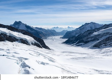 Erstaunliche Aussicht auf den Aletschgletscher, den größten Gletscher der Alpen, Welterbe der alpinen Schneegebirgsgipfel der Schweizer und Berner Alpen, wunderschöne Landschaften Blick bergab vom Jungfraujoch.