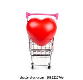 ショッピングカートまたは白い背景で隔離のトロリーの赤いハート。血圧制御-ヘルスケアの概念。バレンタインの概念。