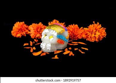 Zuckerschädel und Cempasuchil-Blüten (für Tag der Toten, Mexiko)