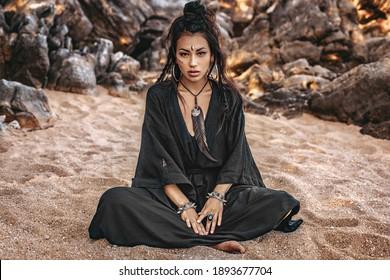 hermoso, joven, elegante, mujer tribal, aire libre, retrato