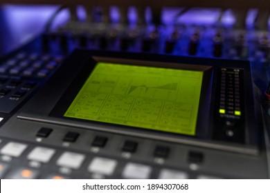Nahaufnahme Mixer im Plattenstudio für DJ, Songwriter oder Musikproduzent. Foto von Musikinstrumenten