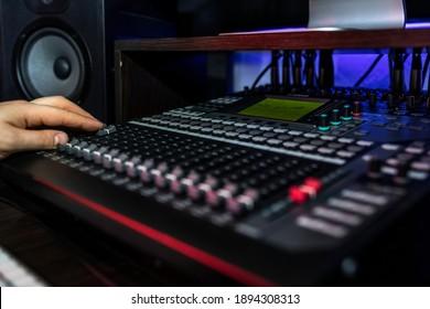 Schließen Sie Mixer im Plattenstudio, in dem der Songwriter seinen neuen Mix spielt. Foto von Musikinstrumenten