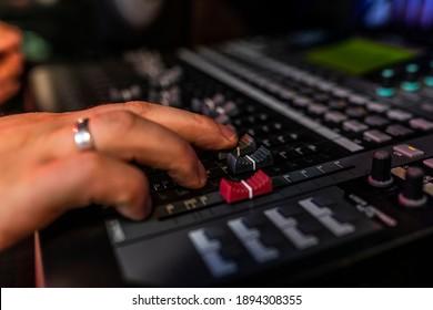 Nahaufnahme Mixer im Plattenstudio, wo Songwriter seinen neuen Mix macht. Foto von Musikinstrumenten